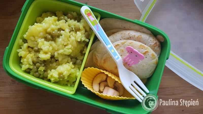 Tutaj na przykład menu dzieci, czyli risotto, placki, orzeszki i w oddzielnym pojemniku dżem