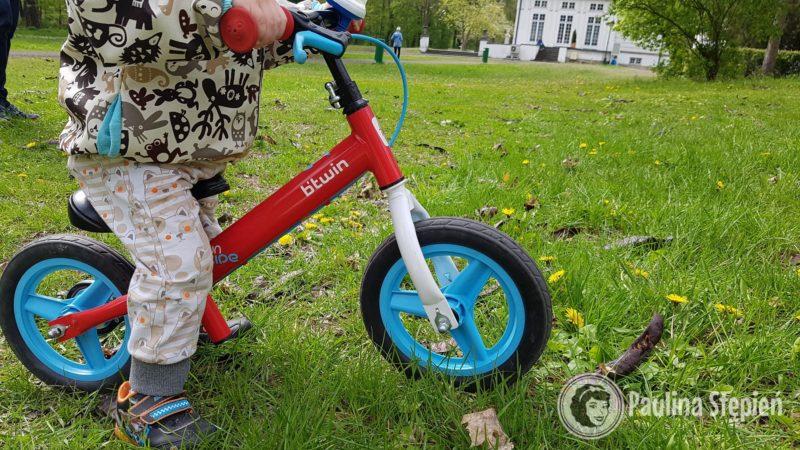 Na początku dzieci dużo chodzą z rowerkiem między nogami, tutaj 2 latek