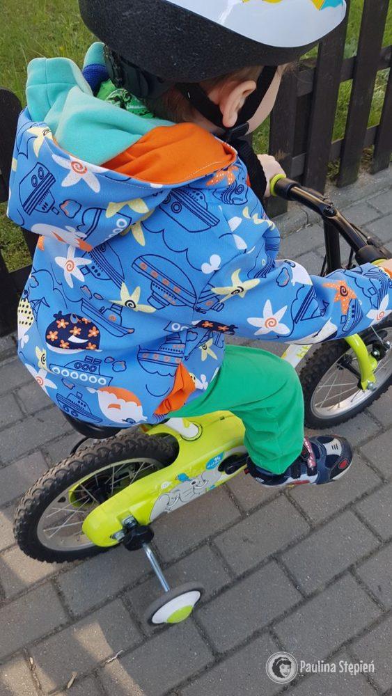 Rowerek z pedałami, pozycja lekko przygięta, często z przechyleniem w jedną stronę - warto na to zerknąć