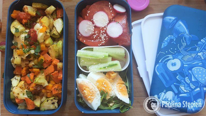 Na pierwszym pięterku pieczone warzywa z mozzarellą, na drugim sałatka