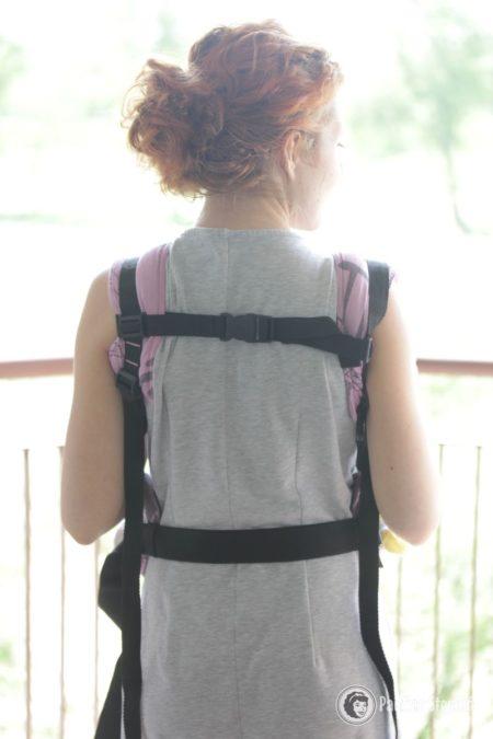 Tutaj tył nosidła i zabezpieczający przed zsunięciem się z ramion pas