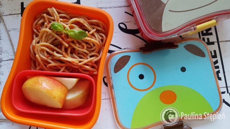 Pudełko dzieciaków, makaron, owoce