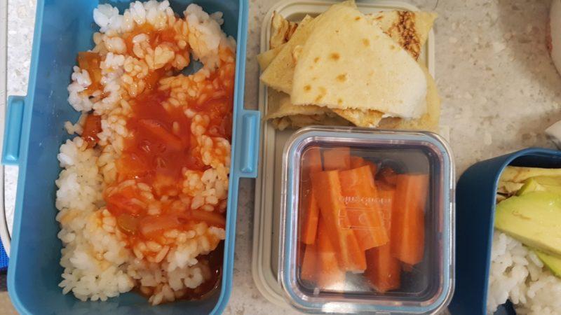 Pudełka dzieci: ryż z sosem slodko-kwaśnym, marchewki i placki
