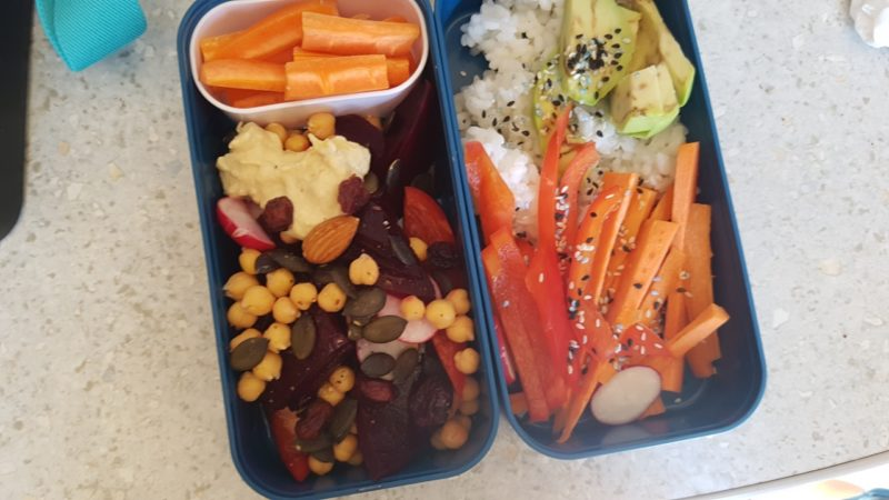 Sałatka z hummusem i buraczkami, sushi bowl