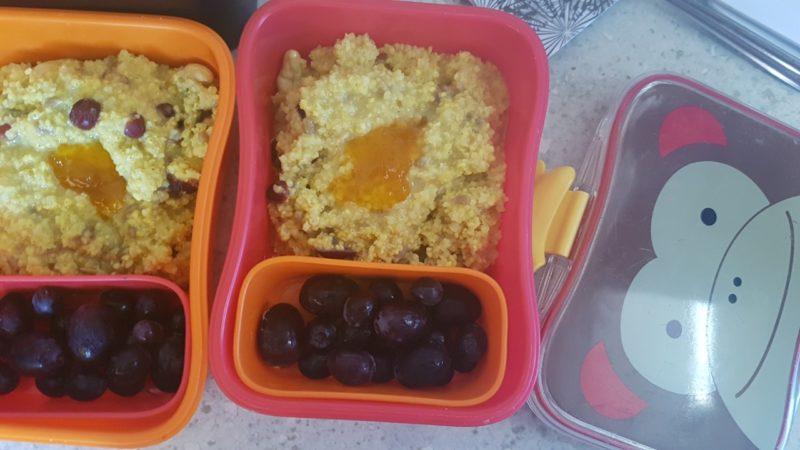 Jedzenie na plażę dla dzieci, czyli kasza jaglana z bakaliami i winogrona