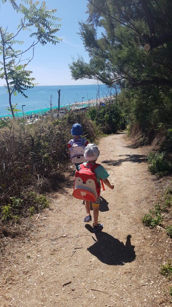 Dzieci w swoich plecakach noszą zabawki na plażę, co jest mega dobrym rozwiązaniem :)