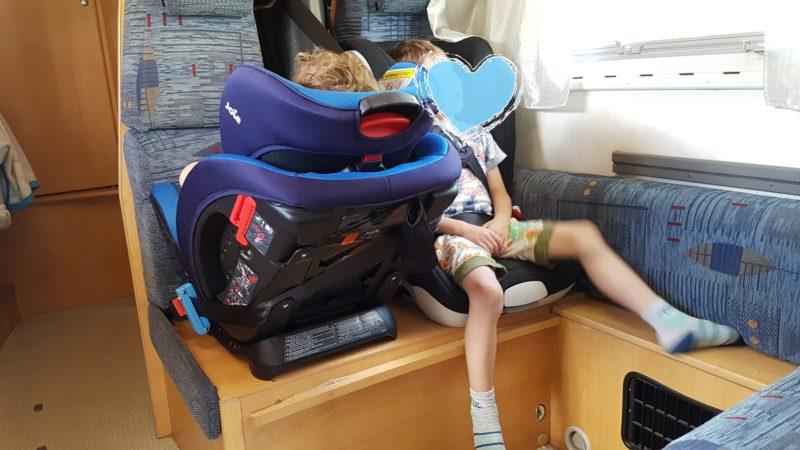 lepsze ustawienie fotelików, czyli o tym, że w kamperze jednak da się dla 3,5 latka zainstalować RWF