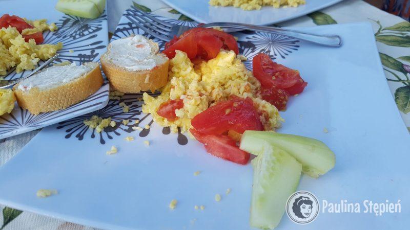 Skończył nam się pumpernikiel, za to nadal mamy kaszę, więc mamy jajecznicę z kaszą jaglaną, już kiedyś wspominałam, ale to super danie nie tylko dla dzieci