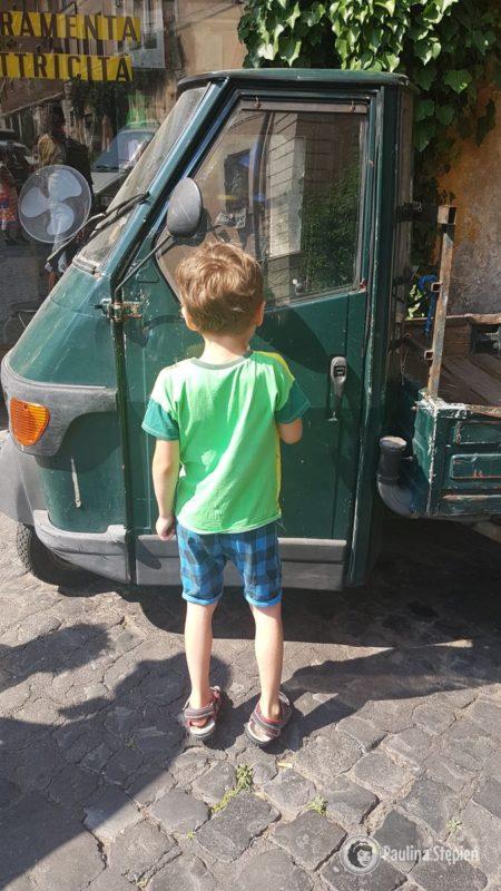 oraz wyparzonego autko małego chłopca