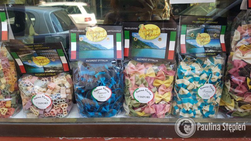 Piękne kolorowe makarony w turystycznych cenach
