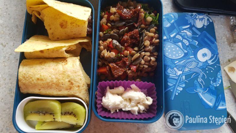 Pudełka: tortilla z warywami, owoce, sałatka z soczewicą