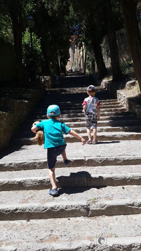 Wiele schodów do pokonania