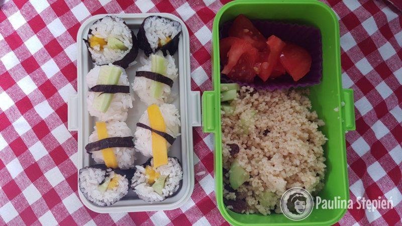 Pudełka. Tutaj jedzenie dla dzieci, małe sushi z ogórkiem i mango oraz kasza kuskus z warzywami