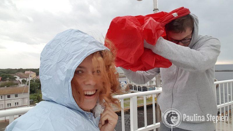 I przenosimy się na latarnie morską w Darłówku, gdzie akurat zaczyna padać, na szczęście mamy kurtki