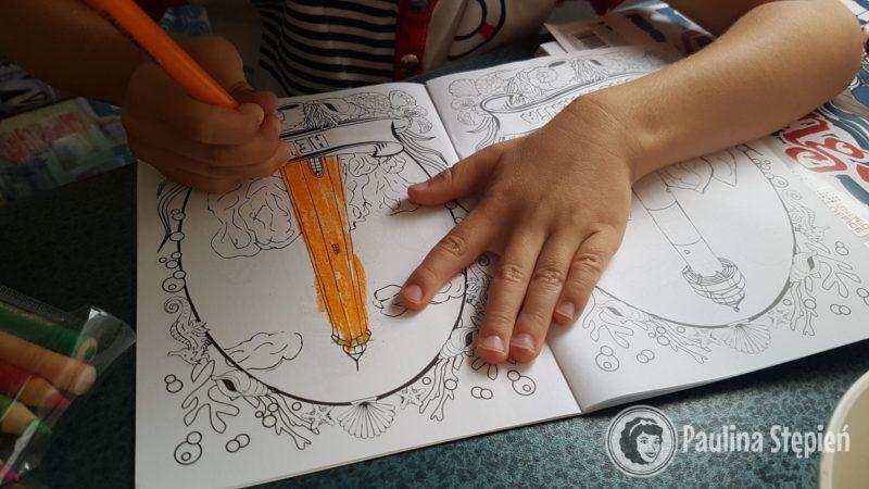 Na szczęście dzieci mają kolorowanki :)