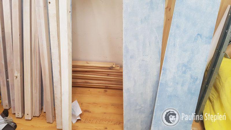 A to elementy łóżka po pierwszym malowaniu