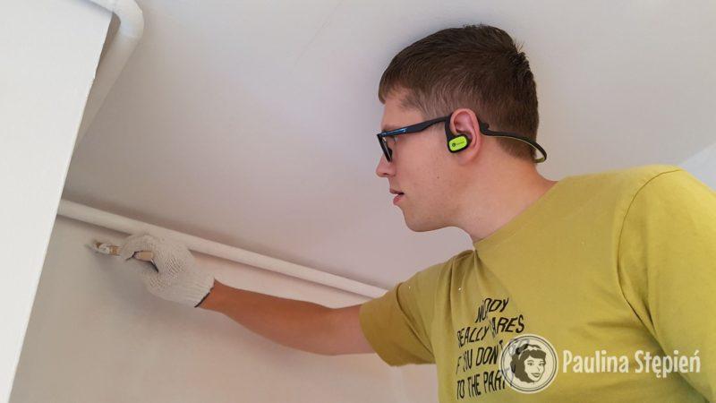 Michał drugi i trzeci raz maluje ściany, wygląda to już baaardzo fajnie