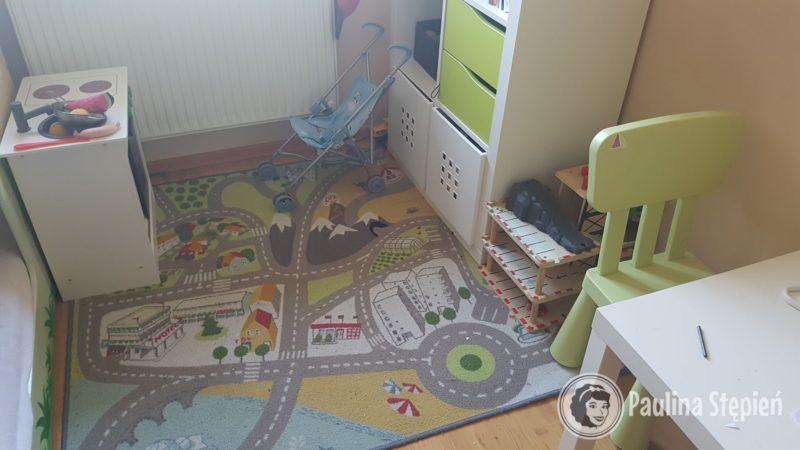 Kącik zabaw był tu gdzie dywan, ale ta przestrzeń nie była dobrze wykorzystana, robił się straszny bałagan