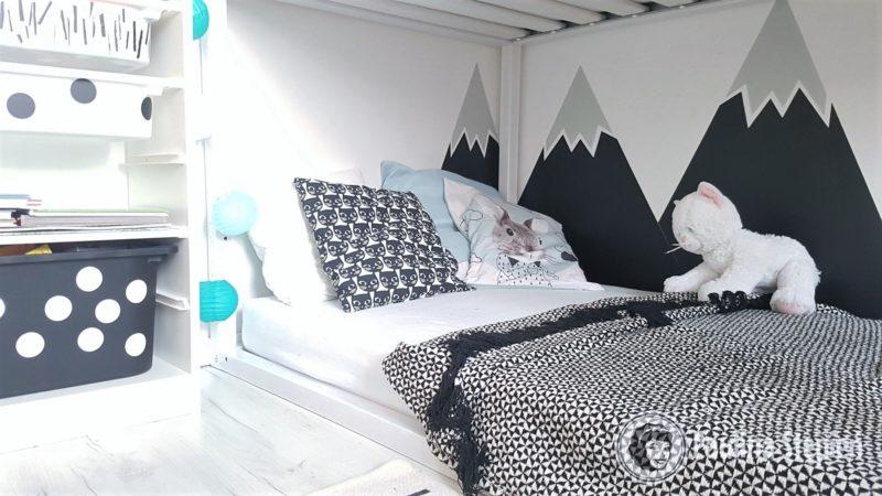 """Łóżko jest piętrowe, ale każde z dzieci ma swoją """"przestrzeń"""", obok łóżka jest też szafka z szufladami na skarby i książki"""