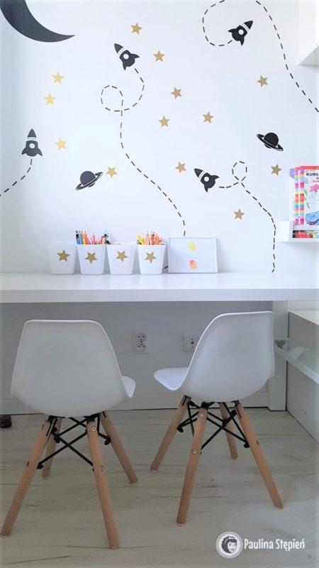 A to kosmiczne biurko, czyli najjaśniejsze miejsce w pokoju i takie, gdzie dzieci spędzają dużo czasu. Tutaj jeszcze te kubeczki będą podwieszane, dojdą też lampki