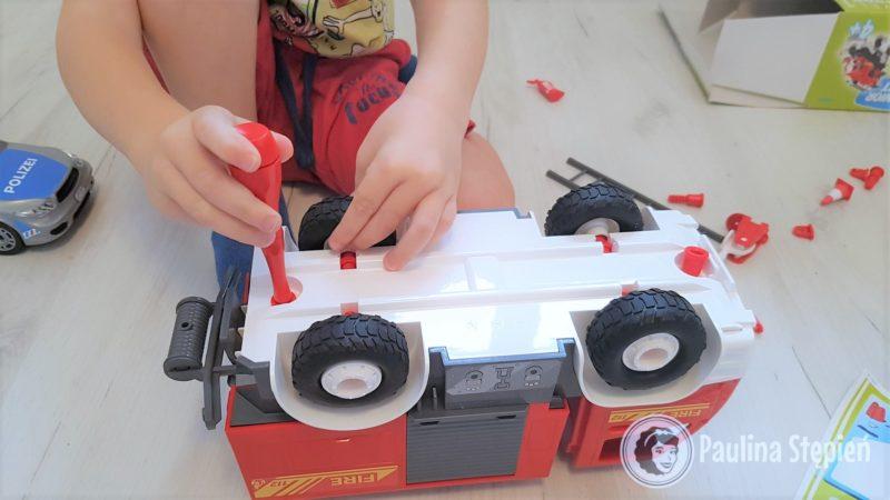 Tutaj samochód straży pożarnej, fajny do skręcania, ale koła się potrafią odkręcać, moim dzieciom to nie przeszkadza, ale warto wiedzieć