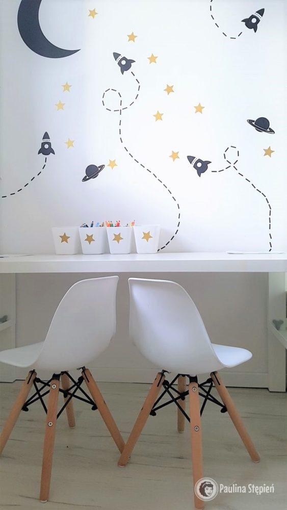 I kosmiczne biurko moich dzieci (kilka gwiazdek jest na pojemnikach na kredki)