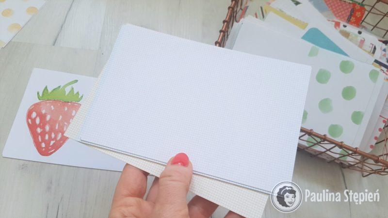 Karty w drobną krateczkę są idealne jako baza do wpisów, ale też lubię je składać i robić karty zamykane (na zdjęciach niżej znajdziesz)