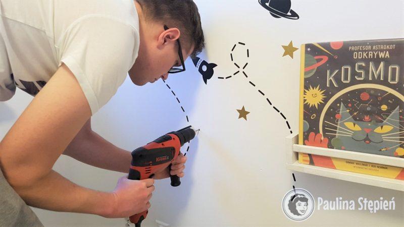 A tutaj Michał wierci dziurki na drążek do powieszenia pojemników na kredki