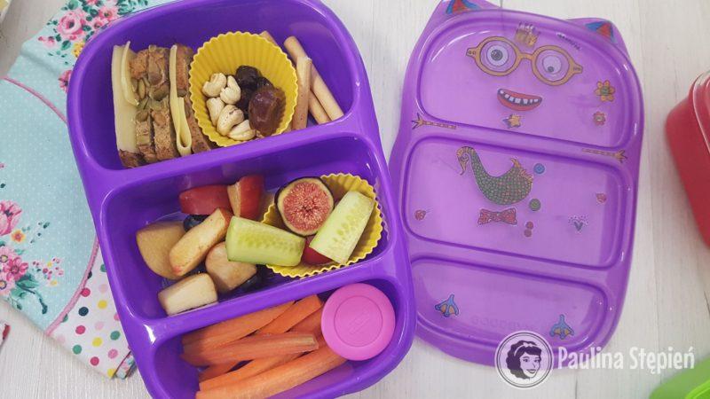 Kanapki i dodatki, owoce, marchewki z hummusem