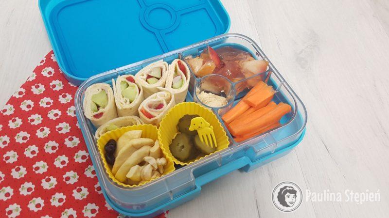Przykładowe wypełnienie, tutaj małe naleśniczki, galaretka, warzywa, przekąski