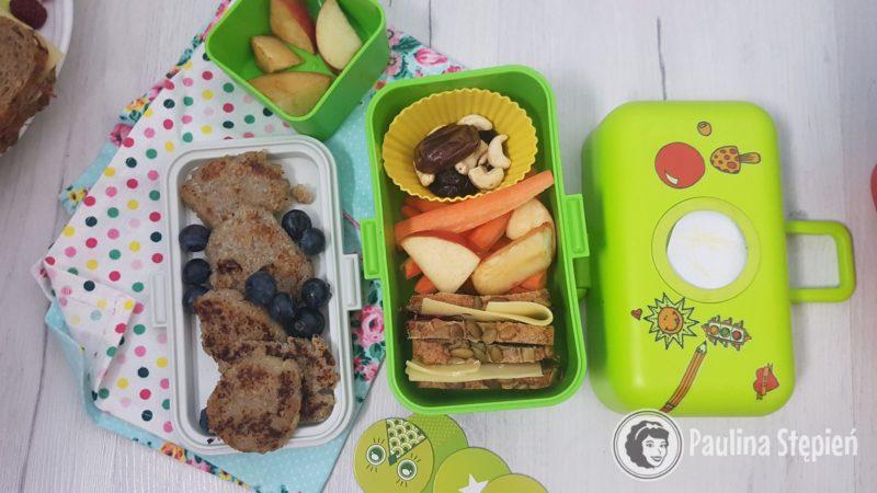 Placuszki z quinoa, kanapka, warzywa, owoce