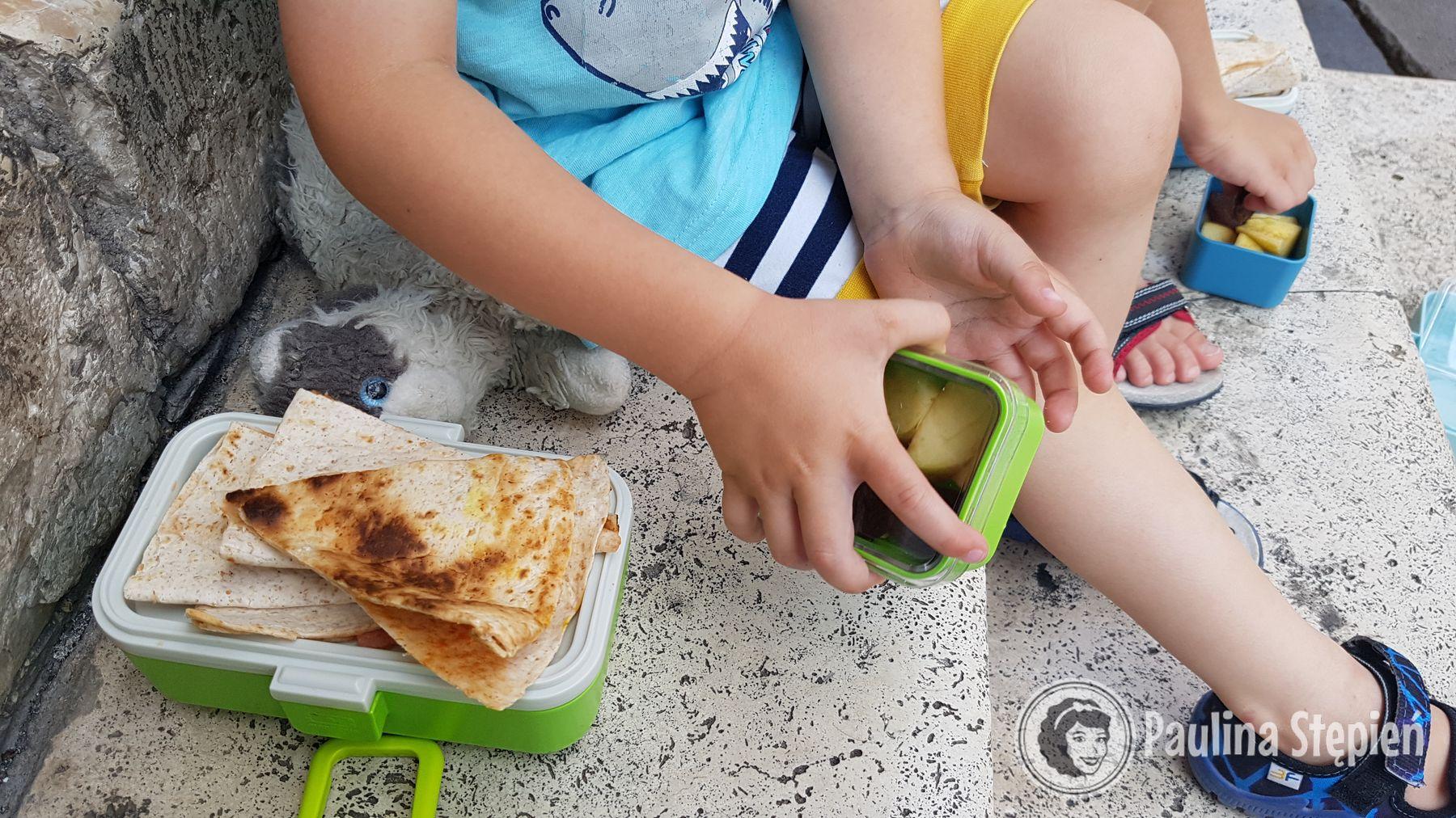 W tym pojemniku naprawdę można zmieścić jedzenie na cały dzień. Na dole makaron, na górze podwieczorek, w pudełkach owoce i warzywa