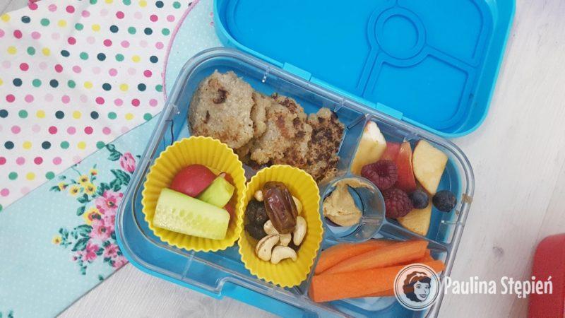 Placuszki z quinoą, warzywa, orzechy, owoce, marchewka i w środku hummus