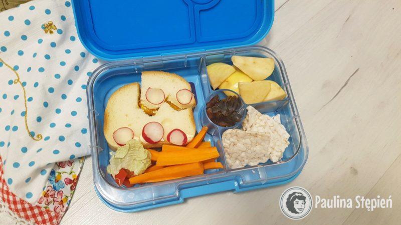 Tutaj akurat bezglutenowe kanapki i warzywa oraz owoce