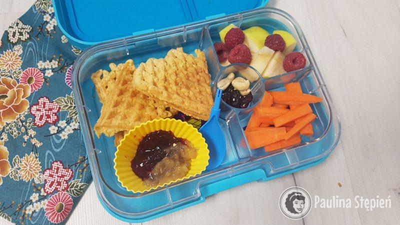 Ten pojemnik to bezglutenowe gofry, dżem, marchewka i owoce oraz suszone owoce
