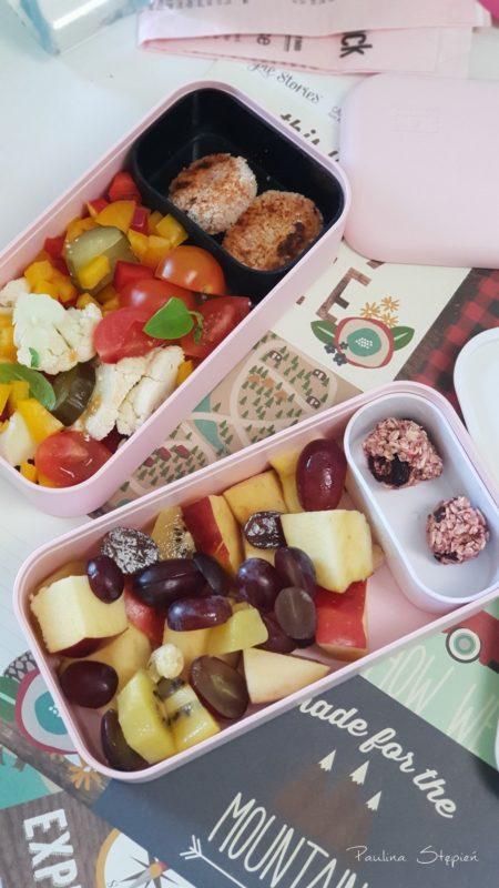 Kotleciki warzywne, sałatka, owoce