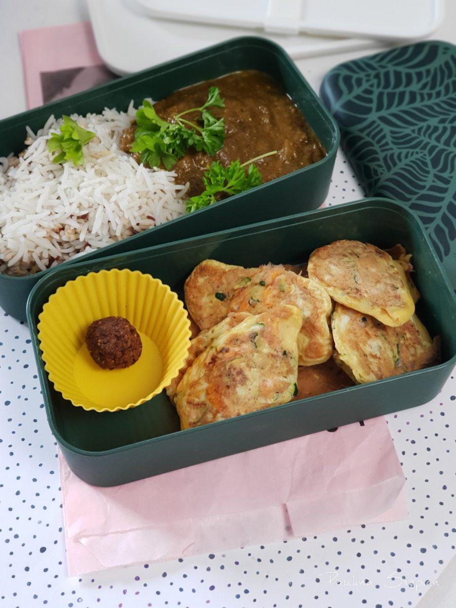 Placuszki warzywne, ryż z sosem indyjskim