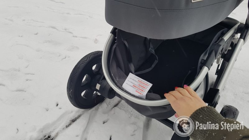 Kosz w wózku odchylany by włożyć zakupy