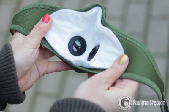 Wnętrze maski antysmogowej - widać wymienny filtr i zawory powietrza