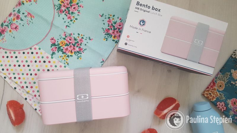 Kupując pudełko przychodzi zapakowane w estetyczne tekturowe pudełko