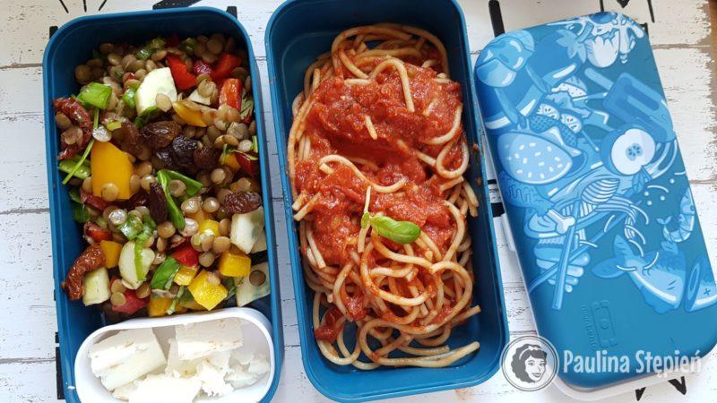 Sałatka z soczewicy z dodatkowy serem, spaghetti z sosem pomidrowym