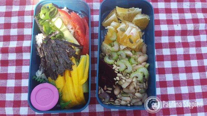 Sushi bowl, a w drugim sałatka owocowa z ziarnami