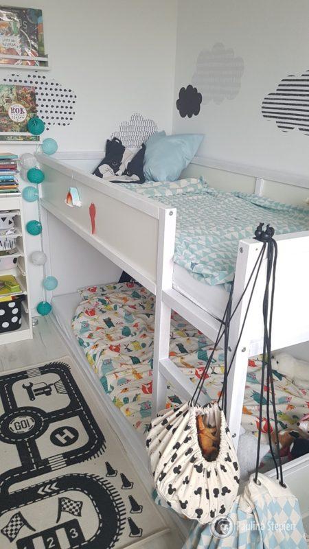 Brak przestrzeni na kurz pod łóżkiem czy szafkami wiele ułatwia :)