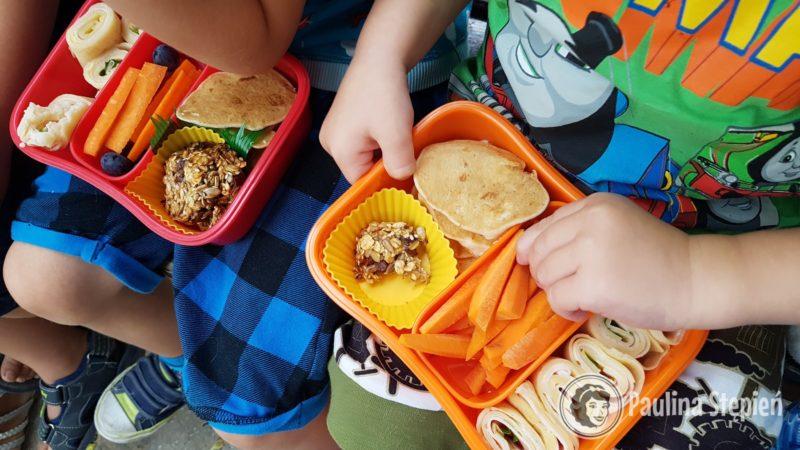 Tutaj na którymś z naszych pikników dzieci ze swoimi pudełeczkami
