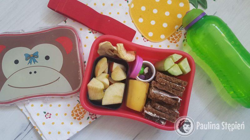 Tu w środku wykorzystałam inny pojemnik na jabłka niż ten z zestawu, są w tym pudełku kanapki, ogórek, a nawet kawałek banana