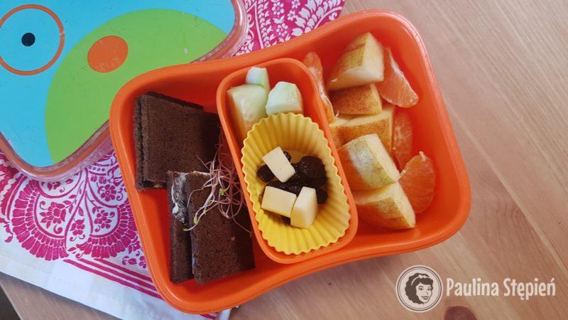 Kanapki na pumperniklu, przekąski (parmezan, rodzynki), ogórki, owoce