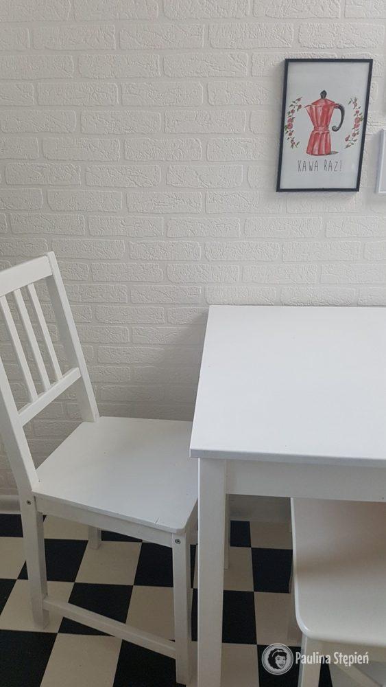 Biały stół, białe krzesła