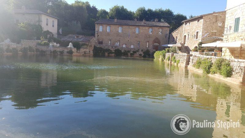 Bagno Vignoni i basen termalny w sercu miasteczka