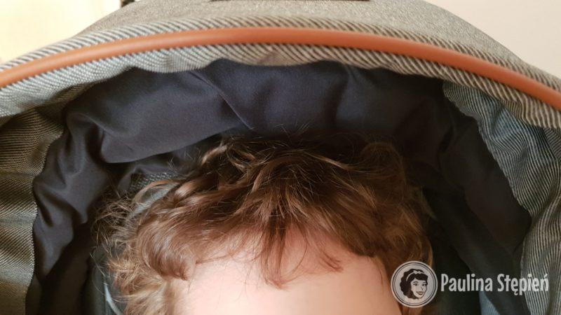 Oparcie siedziska jest dość wysokie, tutaj ponad 100 cm dziecko nadal nie ma problemu z mieszczeniem się pod budką