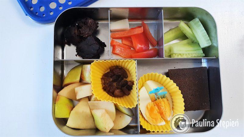 Ciasto kokosowe, papryka, ogórek, jabłka, daktyle, jajko, kanapka